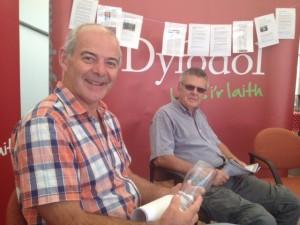 Myrddin ap Dafydd yn trafod y Gymraeg mewn Busnes ar y stondin